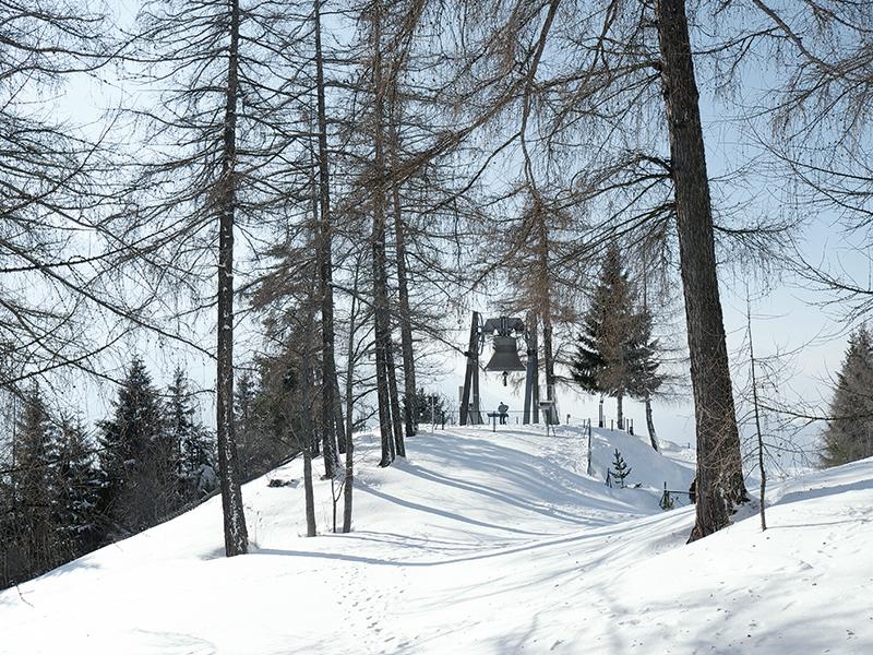 [Translate to en:] Friedensglocke in Mösern im Winter